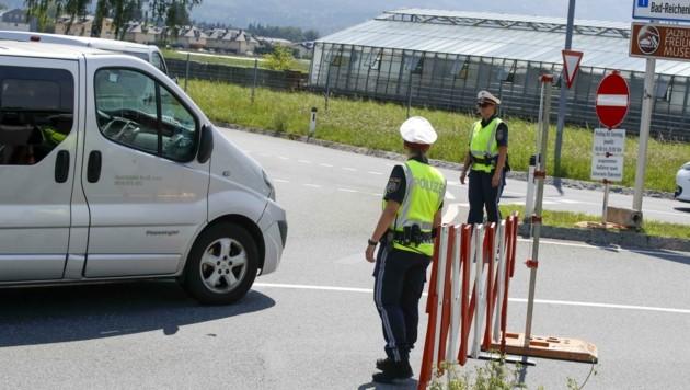 Die Polizei kontrolliert die Ausfahrtssperren (Bild: Tschepp Markus)
