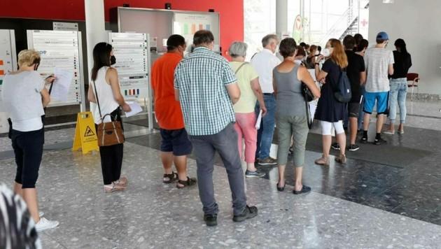 Lange Warteschlange beim Impfzentrum in Eisenstadt. (Bild: Reinhard Judt)