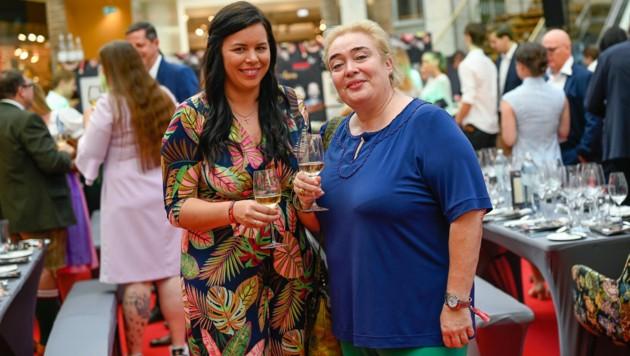 Annette Haimbuchner (l.) stieß mit Tina Egger (Ke Kelit) auf das tolle Spendenergebnis an (Bild: Alexander Schwarzl)