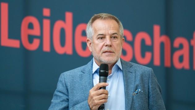 """Sigi Wolf verriet bei der Betriebsversammlung am 21. Juli den Mitarbeitern, dass das Werk unter dem Namen """"Steyr Automotive"""" fortgeführt wird. (Bild: FOTOKERSCHI.AT / APA / picturedesk.com)"""
