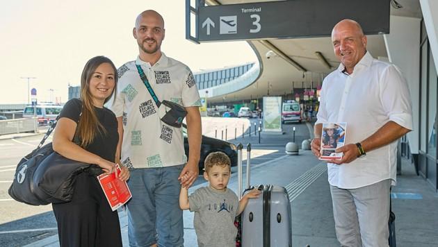 AKNÖ-Präsident und ÖGB NÖ-Vorsitzender Markus Wieser unterstützte heute die Konsumentenschützer am Flughafen um den Reisenden bei Problemen mit Rat und Tat zur Seite zu stehen. (Bild: photonews.at/Georges Schneider)