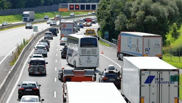 Bis zu 60 Kilometer zähflüssiger Verkehr, immer wieder Stau und stundenlange Verzögerungen am Samstag: Autofahrer brauchten auf dem Weg in Richtung Süden auf der Tauernautobahn (A10) viel Geduld. Am Grenzübergang Walserberg kam es zu längeren Wartezeiten. Auch in den Baustellenbereichen im Tennengau und in Flachau ging zeitweise gar nichts mehr. Der Heimreiseverkehr in Fahrtrichtung Deutschland war intensiver als noch am vergangenen Wochenende. Nach einem Unfall staute es sich am Nachmittag zwischen Werfen und Golling. (Bild: Markus Tschepp)