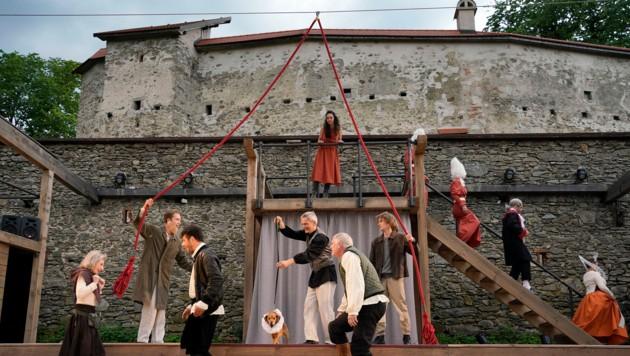 Die Helfenberger Bevölkerung baute bei der Bühne mit (Bild: reinhard winkler)