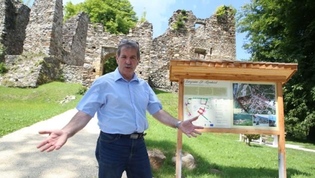 Stadtvize Heinz Joham hofft, dass die Wanderwege auf dem Schlossberg bald wieder zu begehen sind. (Bild: Hronek Eveline)