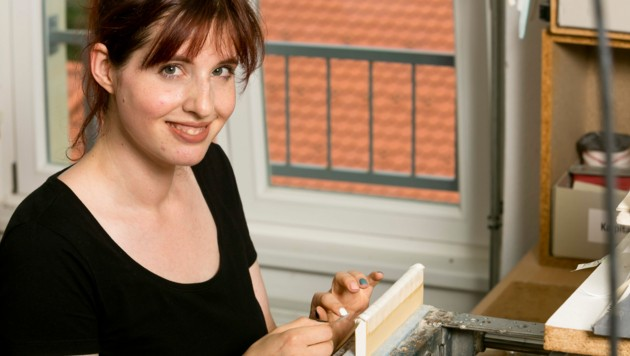 Eva Hermann ist eine der letzten Buchbinderinnen in Vorarlberg. (Bild: Mathis Fotografie)