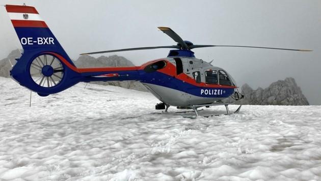 Dieser Polizeihubschauber rückte zur Bergung der Alpinistin aus. (Bild: Polizei OÖ)