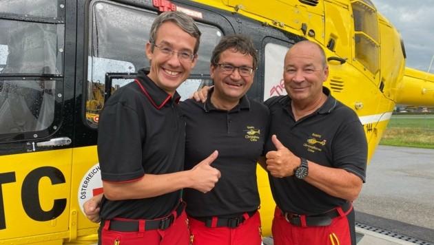 Gilbert Hainzl und Pilot Arno Wösch gratulieren dem Jubilar Robert Weißmann (Mitte) (Bild: Peter Kleinrath)
