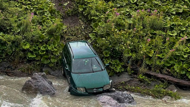Bei einem Unfall in Pettneu am Arlberg stürzte ein Pkw in den Bach. (Bild: Zeitungsfoto.at/Team)