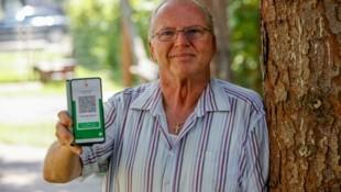 Pensionist Robert Schmidt kann nicht nach Kroatien auf Urlaub fahren, obwohl sein Grüner Pass im Inland offiziell gültig ist. (Bild: Tschepp Markus)
