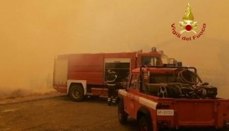Die italienischen Einsatzkräfte kommen mit dem Löschen der zahlreichen Brände kaum noch nach. (Bild: AFP/Vigili del Fuoco)