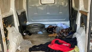 In diesem Kastenwagen kauerten 17 Menschen. (Bild: APA/LPD NÖ)