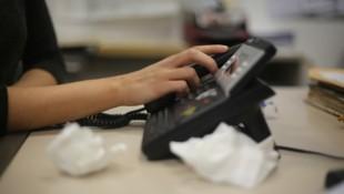 Frauen mit emotionalen Problemen riefen bei der Telefonseelsorge an, dort nutzten Berater ihre Situation aus. (Bild: stock.adobe.com)