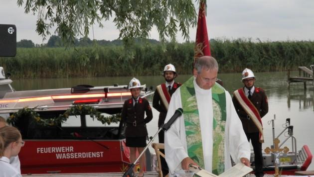 Gesegnet wurde das Einsatzboot von Pfarrer Michael Wüger. (Bild: FF Weiden am See)