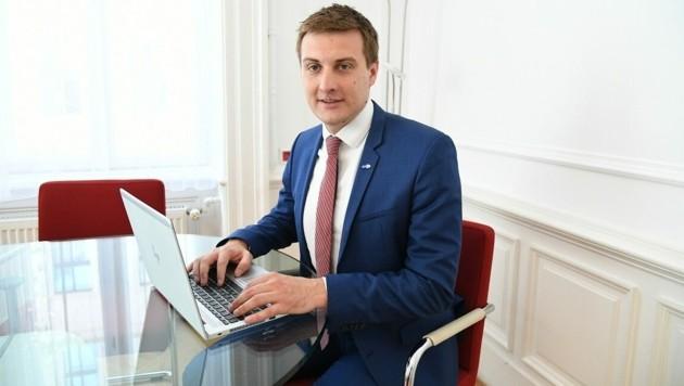 AMS-Chef Sven Hergovich legt Zahlen auf den Tisch: 983 Arbeitslose weniger als im Juli 2019. (Bild: P. Huber)