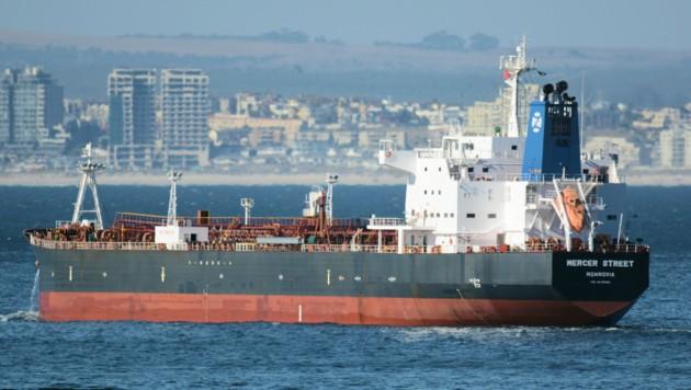 Der Tanker Mercer Street vor der Küste Südafrikas (Bild: AP)