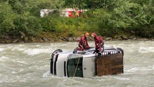 Die Wasserrettung sicherte den Wagen im reißenden Fluss. (Bild: ZOOM.TIROL)