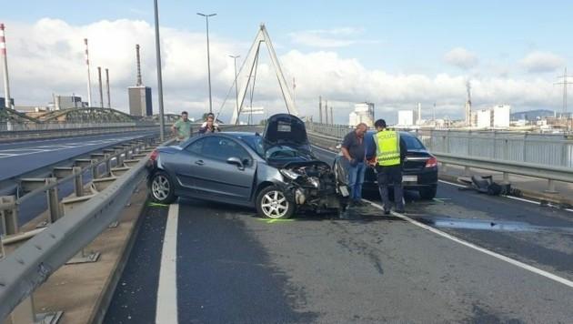 Der Crash blockierte die Steyreggerbrücke total (Bild: FF Steyregg)