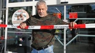 Der Grazer Reptilienexperte Werner Stangl durchsuchte den Supermarkt, konnte die Giftspinne aber nicht finden. (Bild: Jürgen Radspieler)