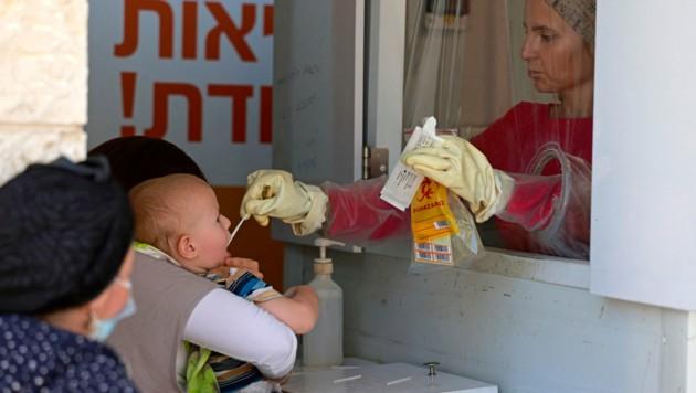 Corona-Test bei einem Kind in Jerusalem (Bild: AFP)
