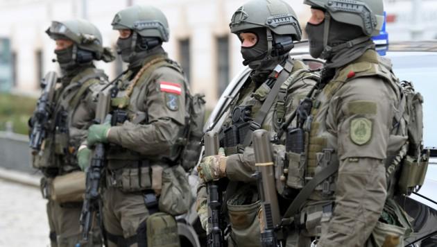 Eine Anti-Terroreinheit der Cobra soll an der Grenze zu Ungarn kleine versteckte Gruppen von illegalen Migranten bzw. Menschenhändler aufspüren. (Bild: APA/ROLAND SCHLAGER)