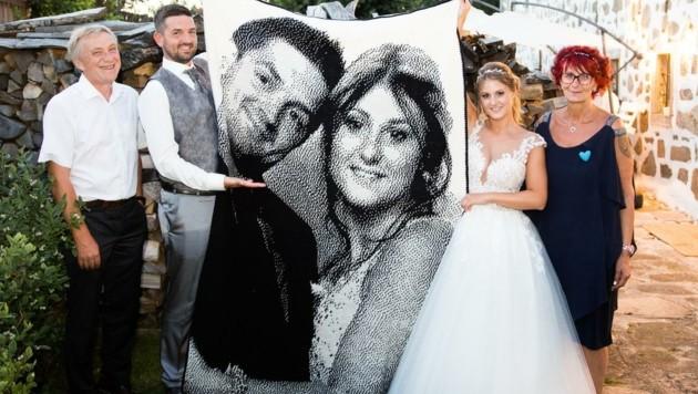 Sabine und Gerhard Neunteufel mit dem gehäkelten Hochzeitsgeschenk und dem überglücklichen Neo-Ehepaar Nina und Lukas Pühringer. (Bild: zVg)