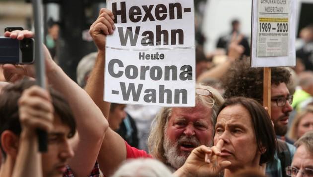 Viele Teilnehmer der Corona-Demos sind sehr aufgeschlossen für Verschwörungstheorien. (Bild: AFP/Adam Berry)