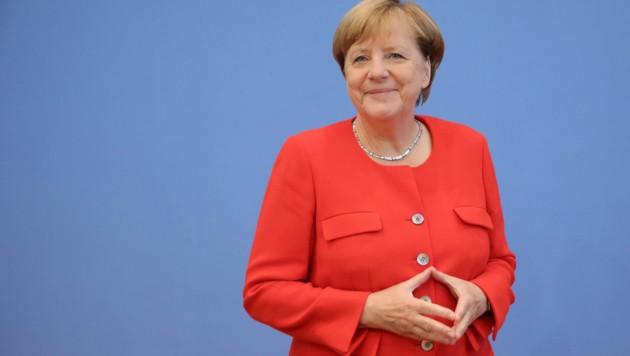 Bundeskanzlerin Angela Merkel strahlt mit ihrem knalligen Blazer um die Wette. (Bild: APA/dpa/Michael Kappeler)