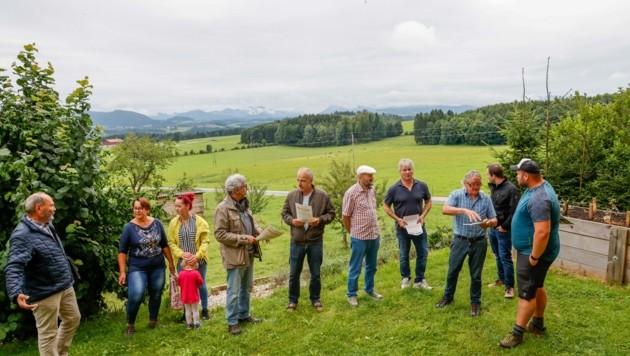 Die Projektgegner wollen weiter kämpfen – im Hintergrund der geplante Deponiestandort (Bild: Tschepp Markus)