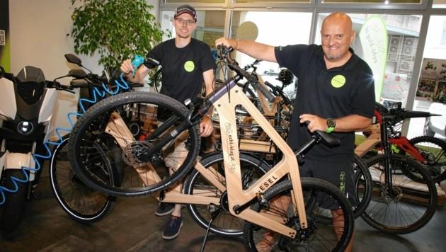 Kfz-Meister Samuel Klug und sein Partner Paul Mairitsch verkaufen in Wolfsberg E-Bikes aus Holz (Bild: Evelyn HronekKamerawerk)
