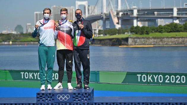 Ungarns Kristof Rasovszky mit der Silbermedaille, Olympiasieger Florian Wellbrock aus Deutschland und Bronemedaillengewinner Gregorio Paltrinieri aus Italien (Bild: APA/AFP/Oli SCARFF)