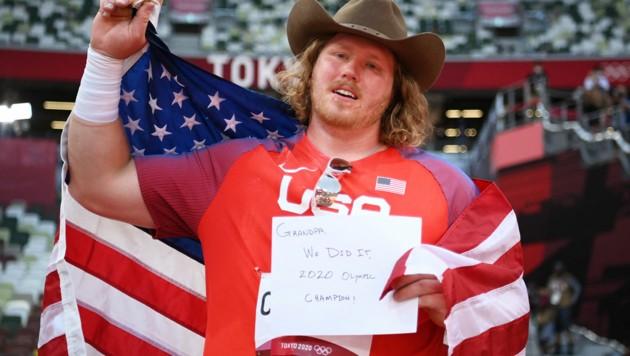 Ryan Crouser dachte nach seinem großen Triumph an den verstorbenen Opa. (Bild: APA/AFP/POOL/Matthias Hangst)