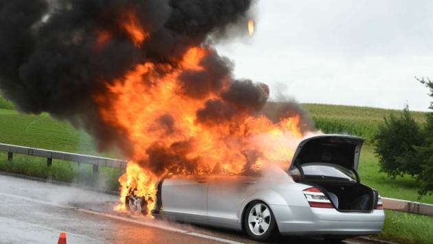 Der S-Klasse Mercedes brannte lichterloh. (Bild: Kapo St. Gallen)