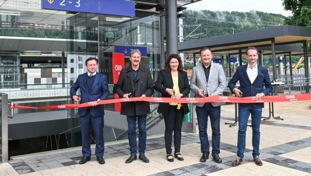 Hubert Hager (ÖBB), Hans Lintner (BM Schwaz), LHStv. Ingrid Felipe, Karl-Josef Schubert (BM Vomp) und NR Hermann Weratschnig (v. li.) eröffneten den neuen Bahnhof in der Silberstadt Schwaz. (Bild: LIEBL Daniel | zeitungsfoto.at)