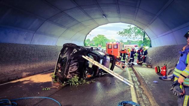 Der Wagen der 63-Jährigen landete nach dem Überschlag in der Unterführung der deutschen Autobahn A96. (Bild: Freiwillige Feuerwehr Bösenreutin)
