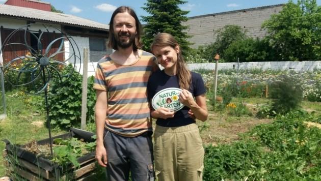 Gerald Allacher und Jennifer Hodosi in ihrem Naturparadies in Gols. (Bild: Judith Weisz/ Natur im Garten Burgenland)