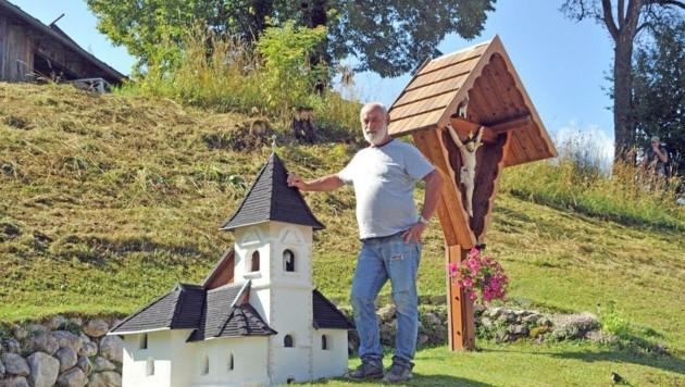 Franz Assinger mit dem Nachbau der Kirche St. Steben im Gailtal. 160 Stunden hat er an dem Modell gearbeitet. (Bild: Hermann Sobe)