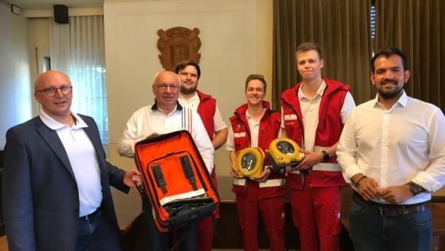 Bürgermeister Hans Schrammel, Vizebürgermeister Kilian Brandstätter und Amtsleiter Dieter Horvath dankten den drei Rotkreuzlern für ihre Arbeit. (Bild: Gemeinde Gols)