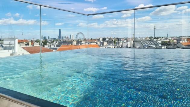Zum Penthouse gehört ein privater Pool auf der Dachterrasse. Die Miete der neuen Luxuswohnung beträgt 12.000 Euro. (Bild: Engel & Völkers Wien )