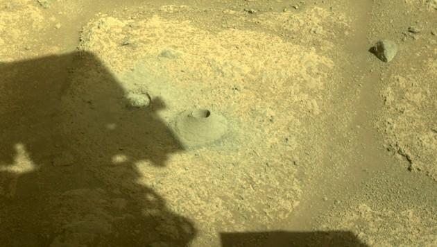 Der Mars-Rover bohrte das erste Loch in die Oberfläche des Roten Planeten (Bild: AFP)