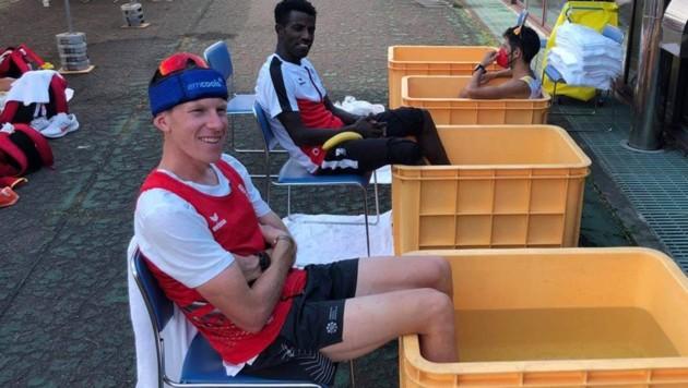 Peter Herzog und Lemawork Ketema kühlen sich die Füße ab. (Bild: Harald Frittz)