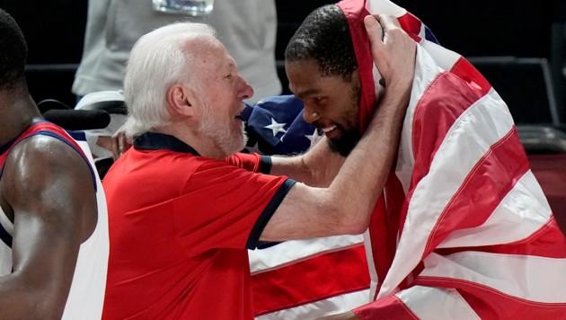 Kevin Durant (7) feiert mit Team-Coach Gregg Popovich. (Bild: AP)