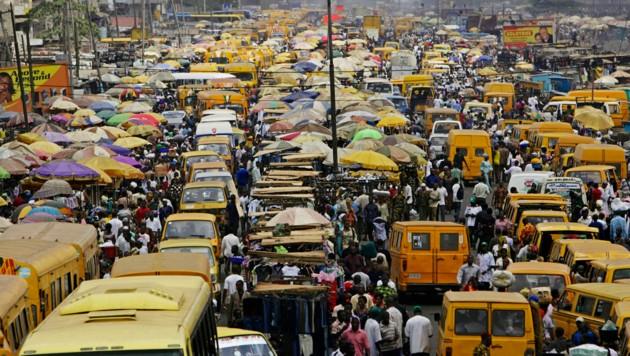 Wie viele Menschen verträgt der Planet? Es wird eng in jeder Hinsicht. Ökologisch & ökonomisch. (Bild: Panos Pictures / Visum / picturedesk.com)