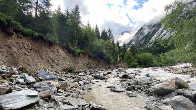 Sonntagvormittag war der Forstweg von Wassermassen und einer Mure weggerissen worden. (Bild: zoom.tirol)