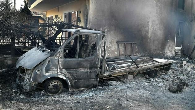 Ein vollkommen ausgebrannter Pritschenwagen in Rovies auf der Insel Euböa (Bild: APA/AFP/LOUISA GOULIAMAKI)