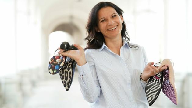 """Astrid Tempelmayr aus Neuzeug sorgt mit den von ihr kreierten Schuh-Tattoos für den perfekten Auftritt: """"Sie runden ein Outfit ab."""" (Bild: Markus Wenzel)"""