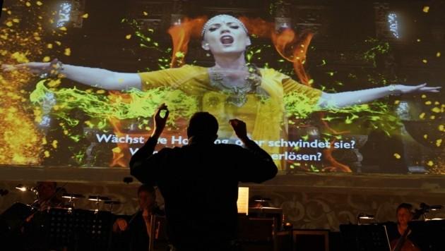 Das L'Orfeo Barockorchester spielte das Opernjuwel vor einer Videowall (Bild: reinhard winkler 0699 81639929)