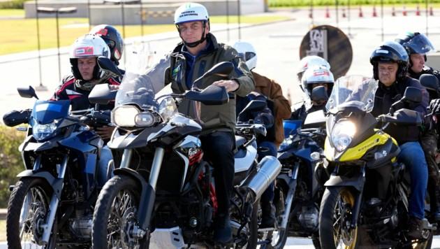 Jair Bolsoanro mischte sich bei der Motorradrallye unter die Menge - wie üblich ohne Maske. (Bild: Associated Press)