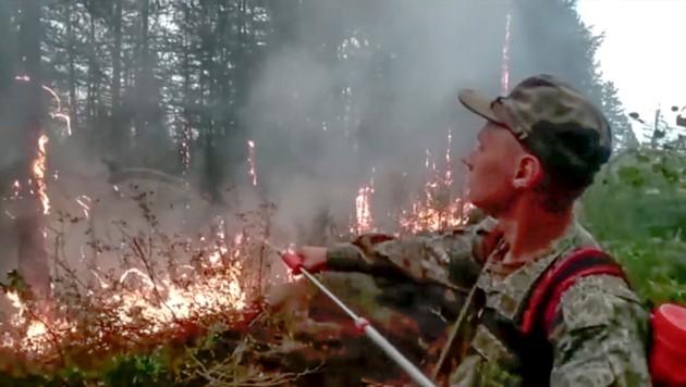Russische Soldaten kämpfen in Sacha gegen die Flammen. (Bild: Russian Defense Ministry Press Service)