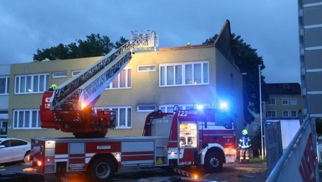 Der Sturm fegte das Dach des Wohnhauses fort, vom Dachstuhl blieben nur ein paar Balken (Bild: Scharinger Daniel)