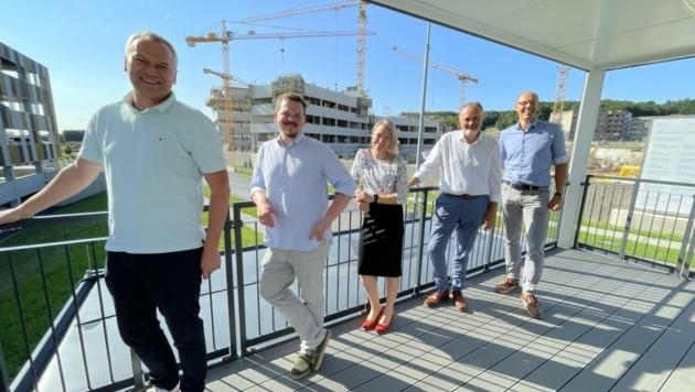 Landeschef Hans Peter Doskozil (Zweiter von rechts) mit Mitgliedern des Projektteams für den Neubau des modernsten Krankenhauses des Burgenlandes auf der Baustelle. (Bild: Schulter Christian)